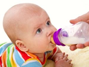 baby_trinkt_milch