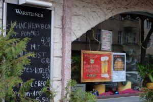 Pommes und Bier beim Kroaten (war mal ein Jugoslawe)