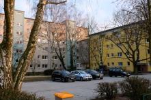So grau wie dieser Block sahen die gelben Häuser noch vor einem halben Jahr aus.