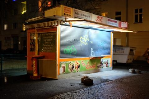 Die ordentlichen Alkis, die vor diesem Kiosk ihre Tage verbringen, sind schon längst schlafen gegangen